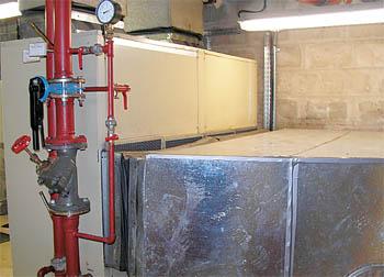 Напольный тепловой насос с воздуховодами и подключением к водяному контуру. Полностью обеспечивает вентиляцию и кондиционирование воздуха в смежном помещении